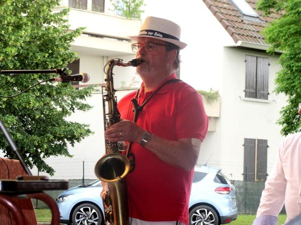 Pour la Fête de la Musique 2021, Denis Bourtequoy a invité ses voisins et amis à un très joyeux concert