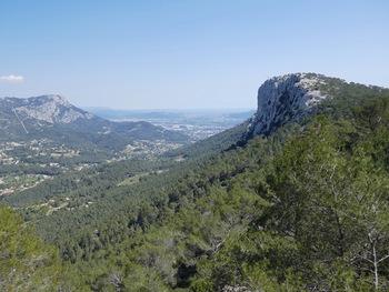 Depuis la terrasse, le sommet du Mont Faron