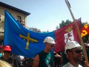 www.mineros-con-las-banderas-de-Asturiias-y-Leon-2.jpg