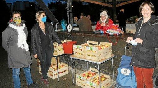 Les bénévoles de l'Amap André Pochon, à Lanester, proposent des paniers de légumes mais aussi des produits d'autres producteurs locaux.