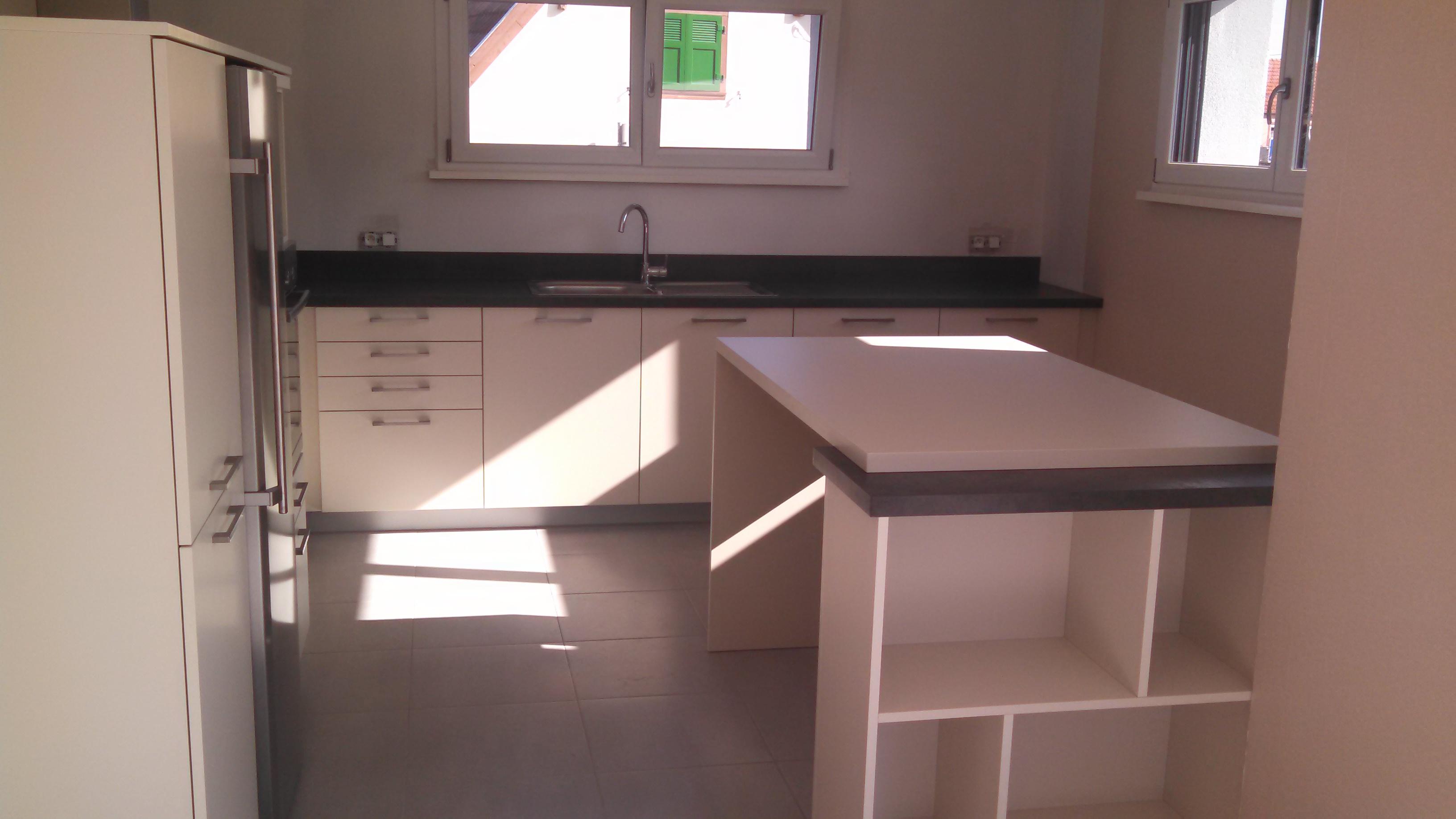 la cuisine avec le retour et la table maison des blondinets. Black Bedroom Furniture Sets. Home Design Ideas