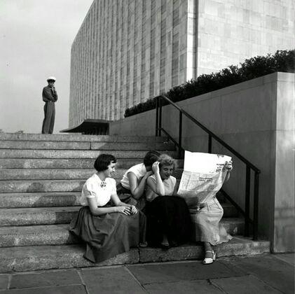 17 - Les dames et le journal