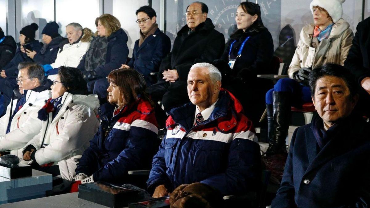 A la tribune, au premier rang à gauche sur la photo le Président Moon Jae-in, à droite Mike Pence et à l'extrême-droite Shinzo Abe ; au second rang, derrière Mike Pence, le Président Kim Yong-nam et Kim Yo-jong