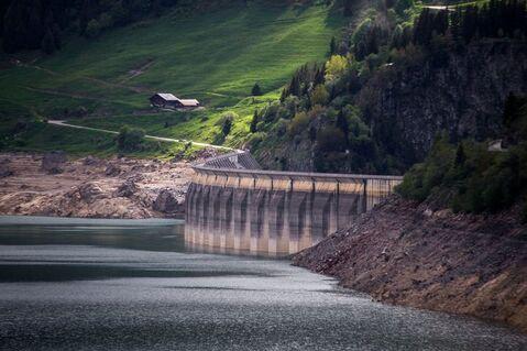 Photographie prise le 9 juin 2016 montrant le lac et le barrage Roselend situés dans le sud-ouest de la France à Beaufort.