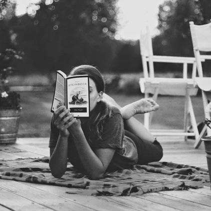 1-Jeunes filles lisant-photographies