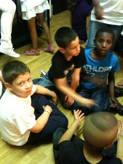 Spectacle : quelques photos des enfants dans les loges, épuisés mais ravis !
