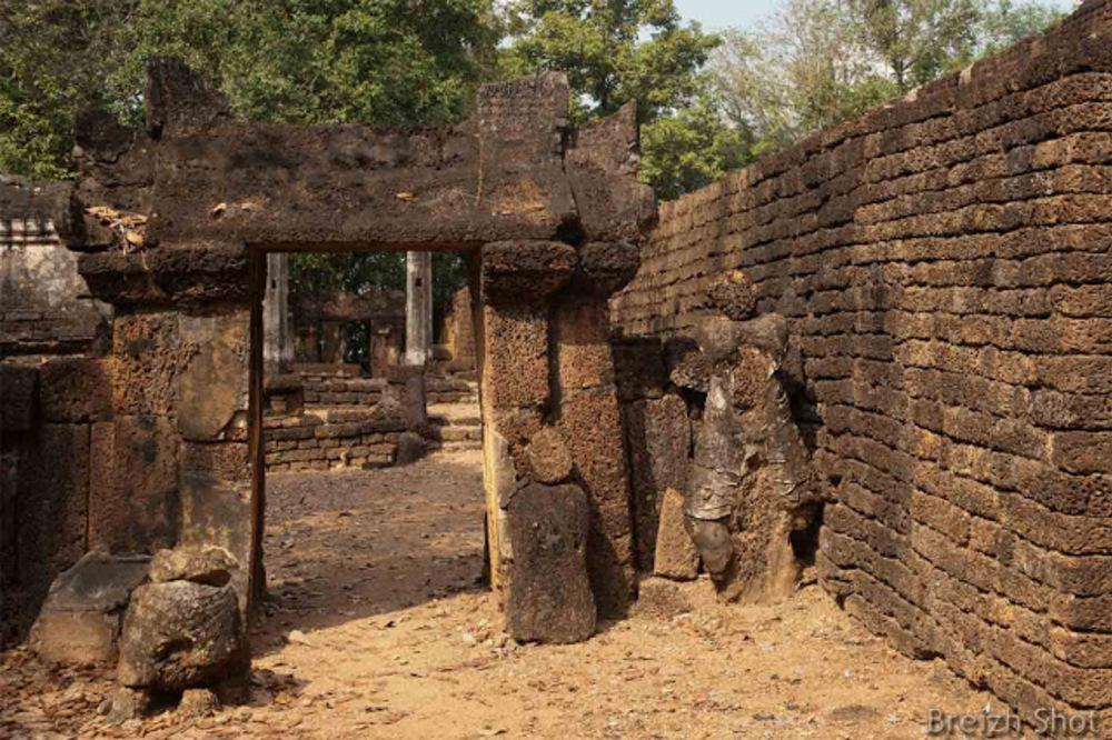 Si Satchanalai, wat Khao Suwan Khiri - Les murs en latérite