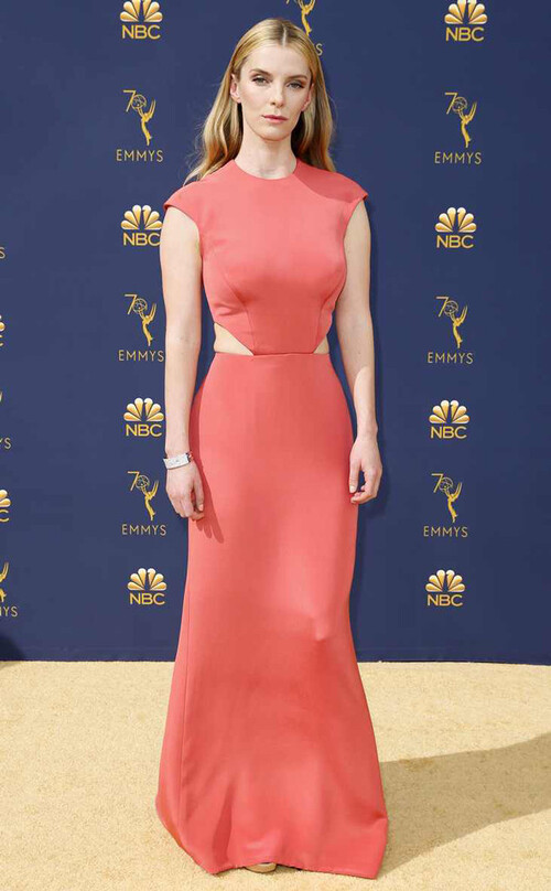 Betty Gilpin dans Vera Wang sur tapis rouge de Emmy Awards 2018