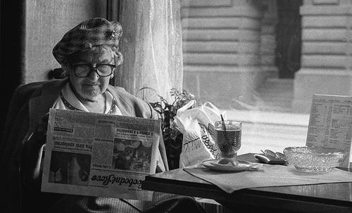04 - Les dames et le journal, dans le monde