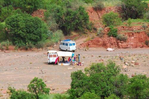 Les marchands ambulants se mettent à la croisée des villages dans l'oued