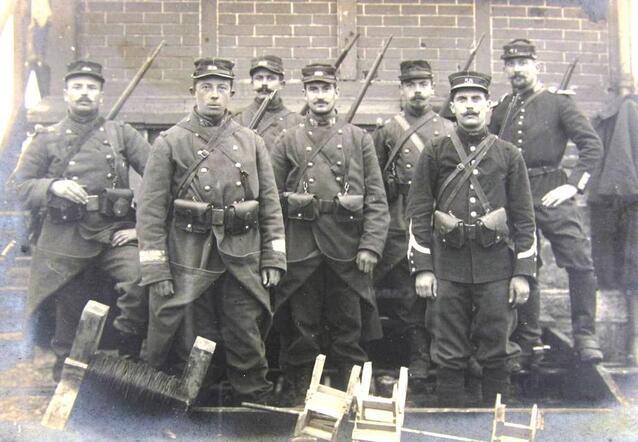 Photographie noir et blanc montrant un groupe de soldats.