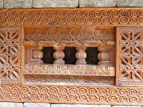 gros plan sur les portes sculptées;