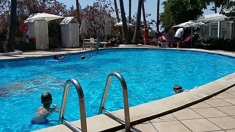 alcudia suite - hotel - piscine - soirée