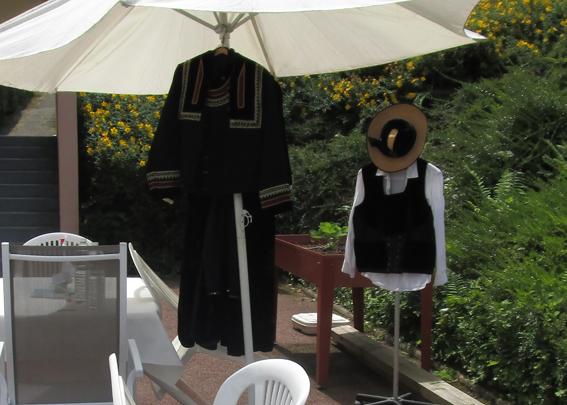EPHAD de Villennes s/Seine - Exposition de costumes bretons anciens