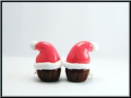 Boucles d'oreille cupcake au chocolat , bonnet de papa noël en fimo.