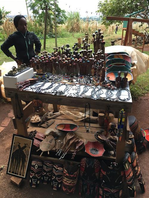 un petit marché artisanal en bord de route