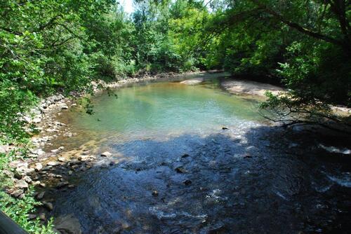 Un petit cours d'eau au déparyt de la balade