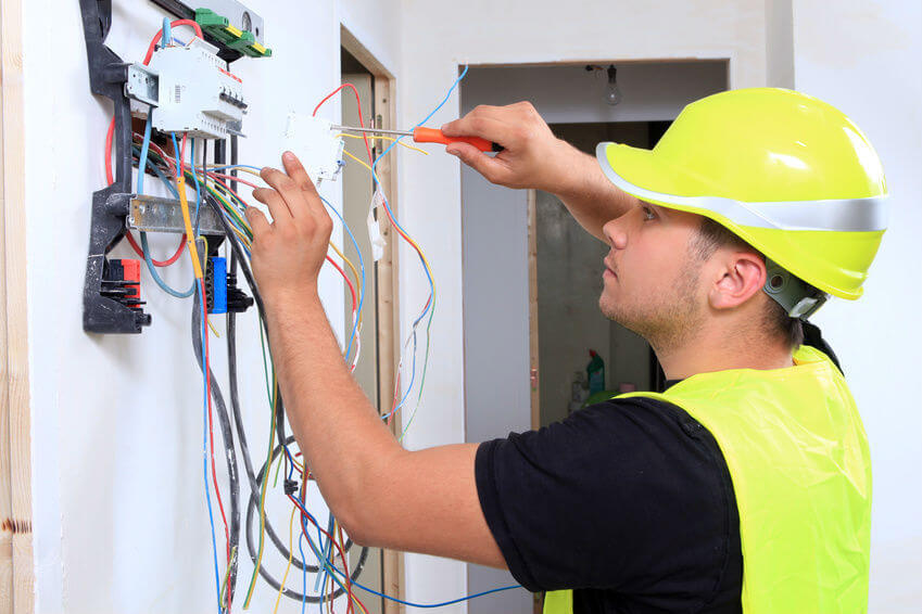 Un électricien rénove un compteur électrique