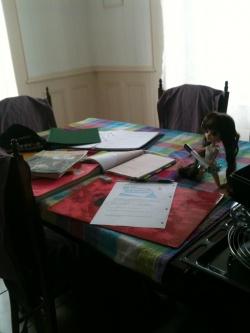 kaïra m'aide à faire mes devoir!