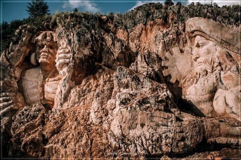 Art/sculpture dans la roche