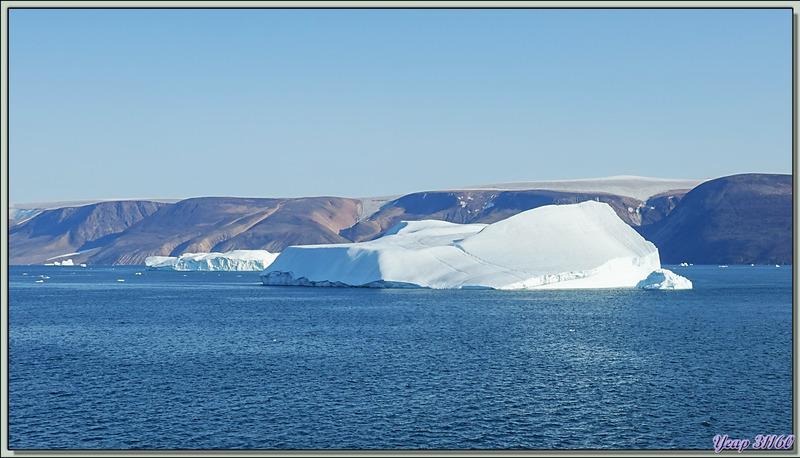 La navigation dans le Fjord Inglefield se termine avec les derniers icebergs - Région de Qaanaaq - Groenland