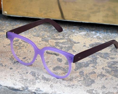 bébé du jour: des lunettes violettes!