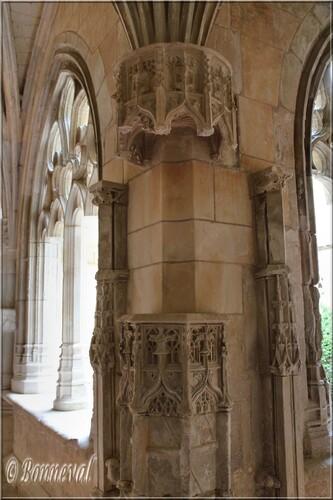 Abbaye de Cadouin le cloître colonne à l'intersection des galeries