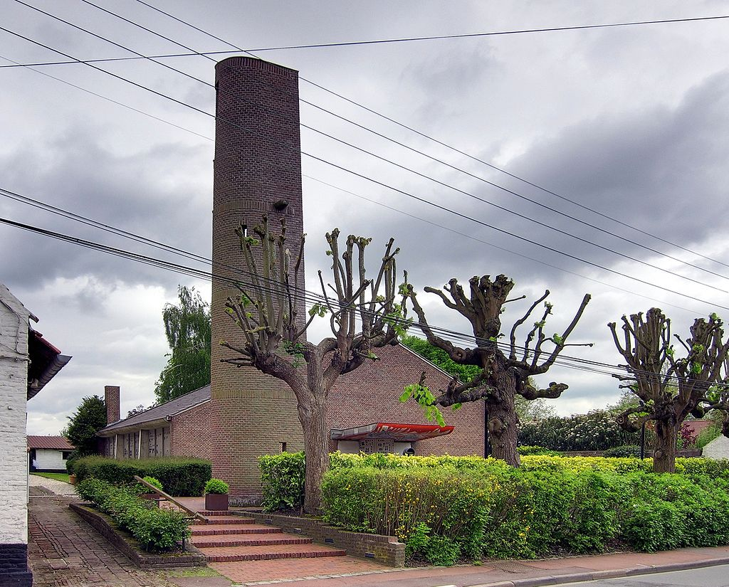 La chapelle et son campanile vus de la rue