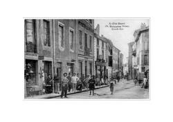 Grande Rue : à l'angle de la rue Portail du Moulin, maison et commerce avant démolition.