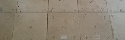 Pierres d'autel étrangement disposées en pavement, dans une cheminée !
