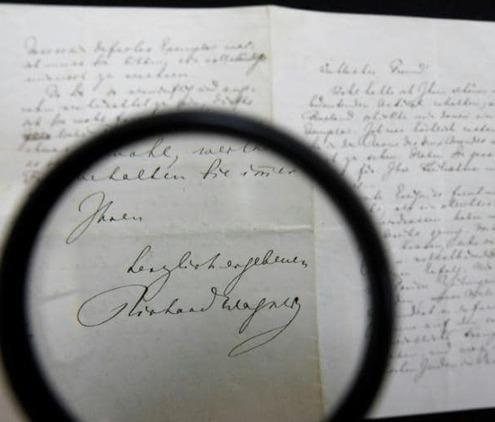 Une lettre du compositeur Richard Wagner, connu pour son antisémitisme, vendue aux enchères à Jérusalem. Photo prise le 16 avril 2018
