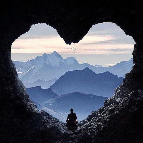 Moine-dans-grotte-coeur-500x500