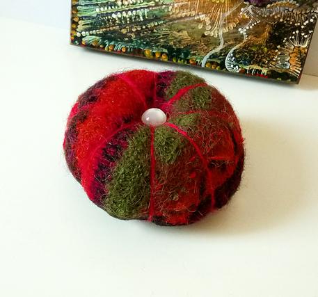 Boule Pique épingle rouge / vert laine feutrée tricotée du Pérou, 7,5 cm