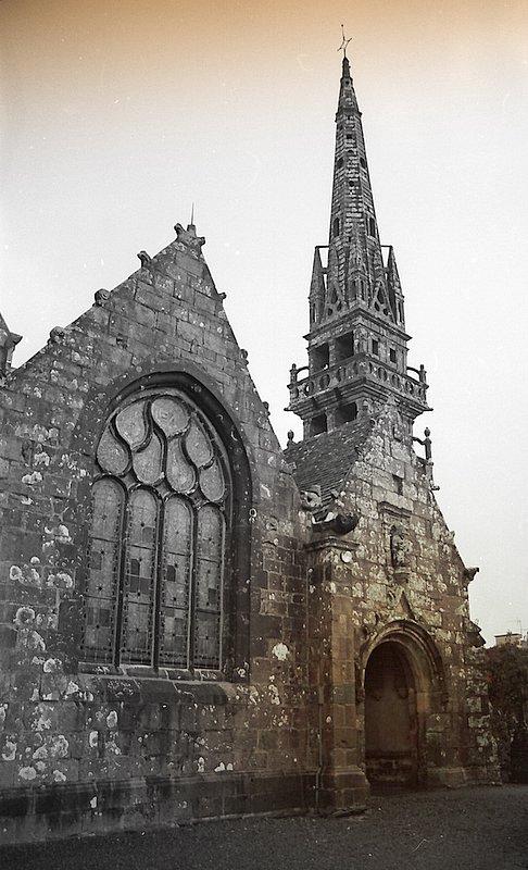 Porche et clocher de l'église de Dirinon.