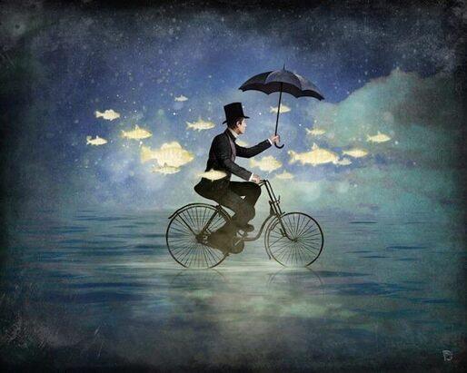 homme sur un vélo tenant un parapluie entouré de poissons