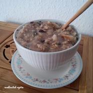 Porridge de flocons, graines, fruits, banane écrasée, cannelle