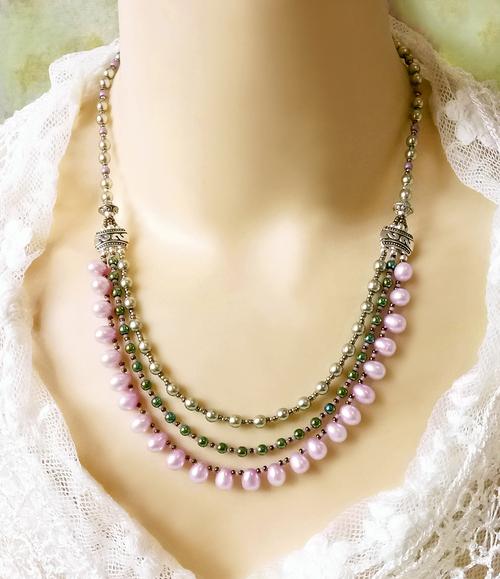 Collier trois rangs rose vert, perles de nacre rose, pierre hématite verte, verre nacré / Argent 925
