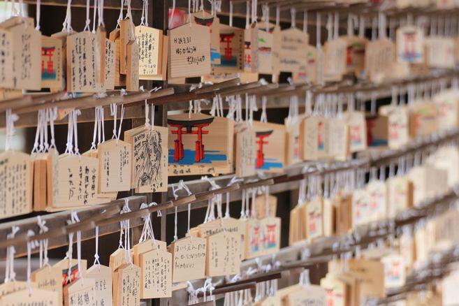 http://www.demulder.info/fr/perso/voyages/2014_04_Japon/Japon_-_14_-_Miyajima_-_Temple_-_Ema_-_Plaques_de_bois_avec_voeux.JPG