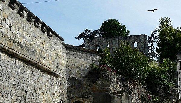 Donjon de Foulques Nerra - vue du bas des remparts