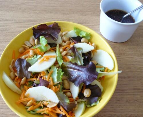 Salade de jeunes pousses, carottes, granny smith et cacahuètes