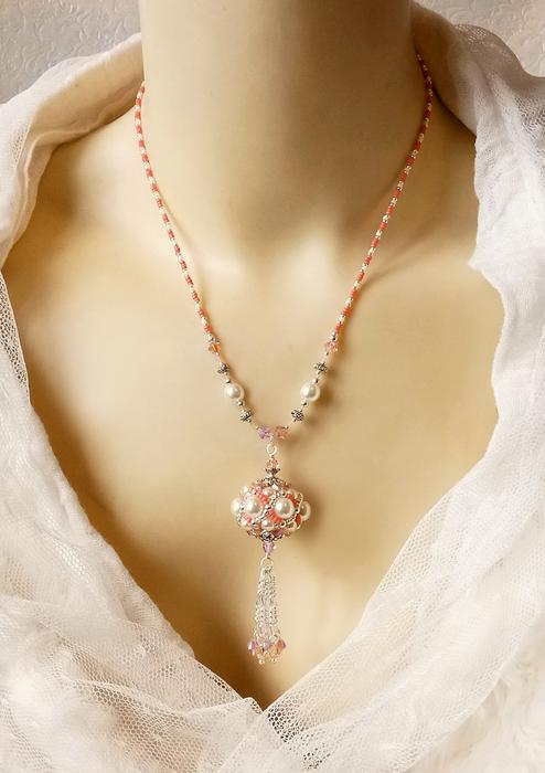 Collier pendentif de style baroque, blanc crème, rose corail et argent, Perle tissée à l'aiguille, verre nacré Renaissance, cristal de Swarovski et perles Miyuki