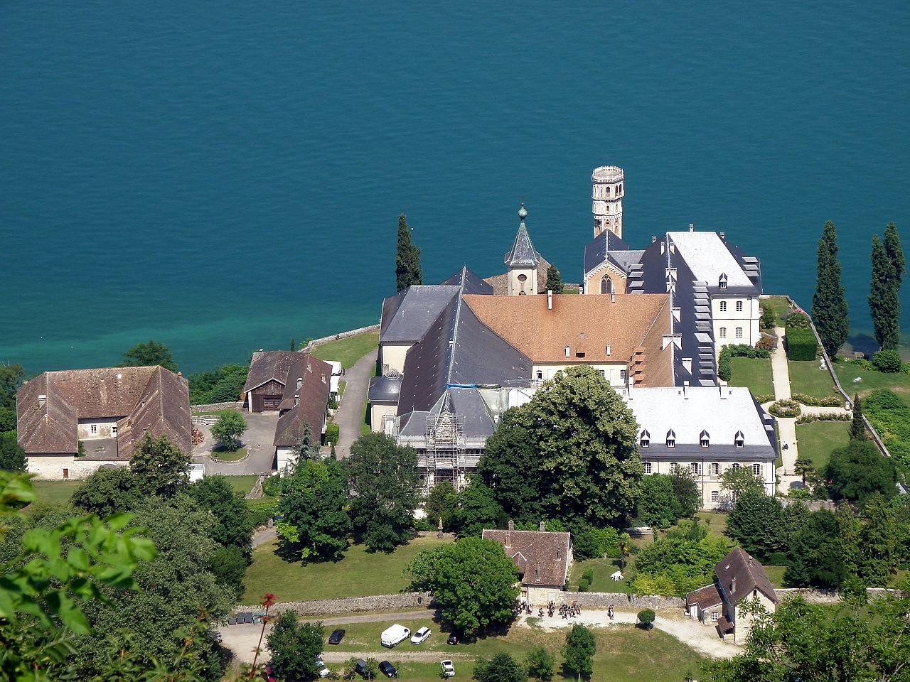 L'abbaye d'Hautecombe au bord du lac du Bourget.