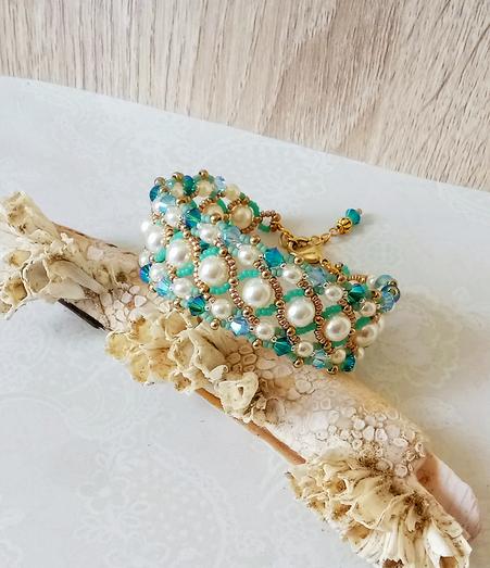 Bracelet tissé à l'aiguille blanc crème et turquoise, verre nacré Renaissance et cristal de Swarovski