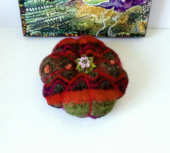 Boule 8cm Pique épingles rouge-vert ou décoration de table laine feutrée tricotée du Pérou et fleur de verre