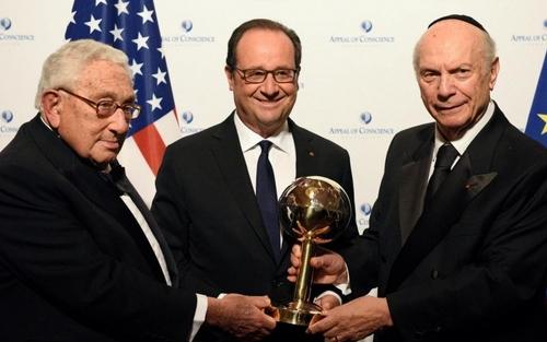 """François Hollande reçoit le """"prix de l'homme d'Etat"""" de l'année 2016"""