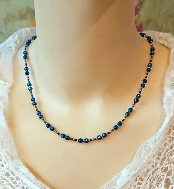 Collier pierre d'hématite bleue facettée 4mm, cristal de Swarovski et laiton doré / Blue hematite and Swarovski crystal on gold brass necklace