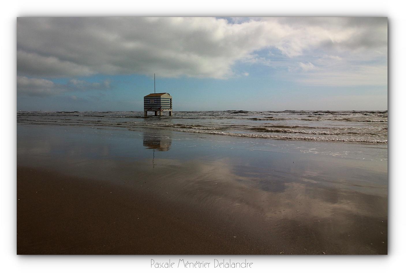 Plage Des Chalets A Gruissan sur la plage des chalets, les cabanes des secours - gruissan