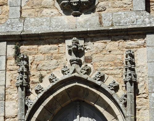 A SAINT GOUSTAN, église et chapelle se côtoient....