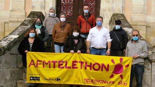 Les acteurs du Téléthon sur le parvis de la mairie.