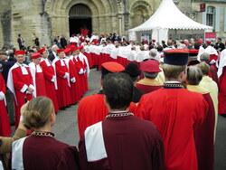 Arrivée devant l'église pour 1h de messe.